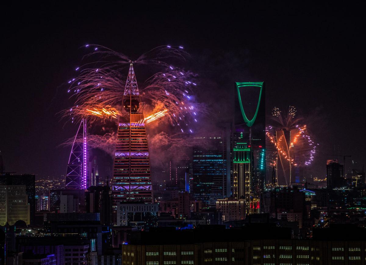 احتفالات اليوم الوطني السعودي تضيء سماء المملكة وتنثر الحب في شوارع المدن