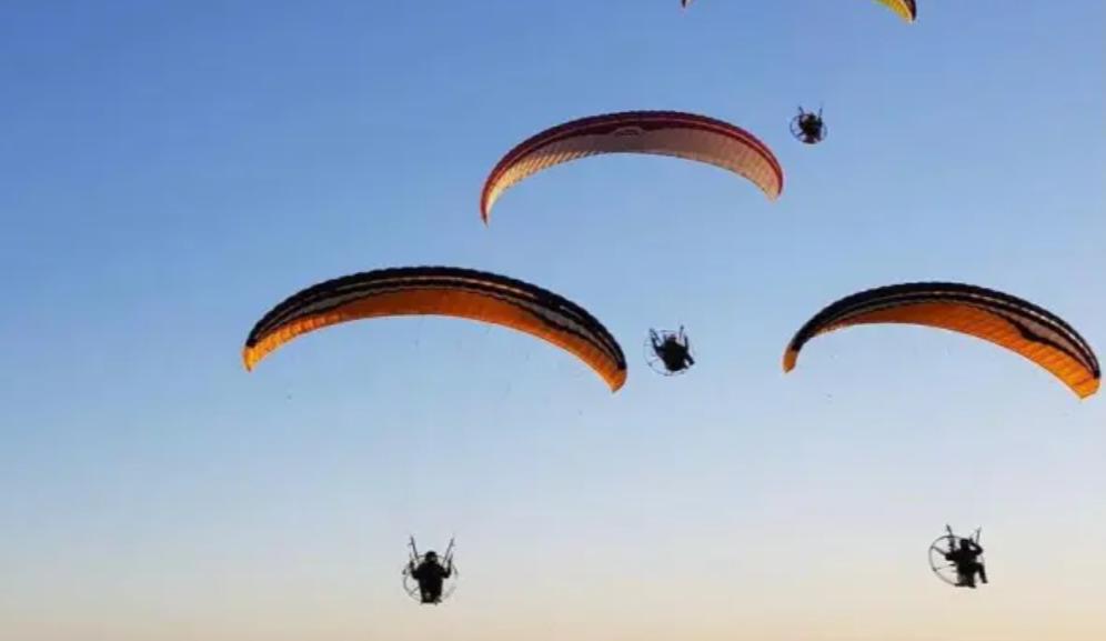 حلق مع الغيوم مع تجربة الطيران الشراعي على تطبيق هلا يلا